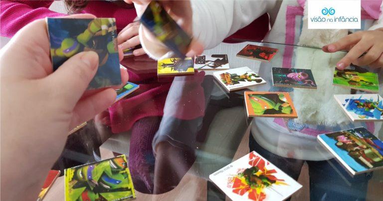 menina de óculos coloca peças correspondentes à figura apresentada no tabuleiro.