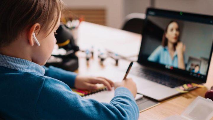 6 sinais de que as telas de celulares, tablets e computadores estão prejudicando a saúde visual do seu filho